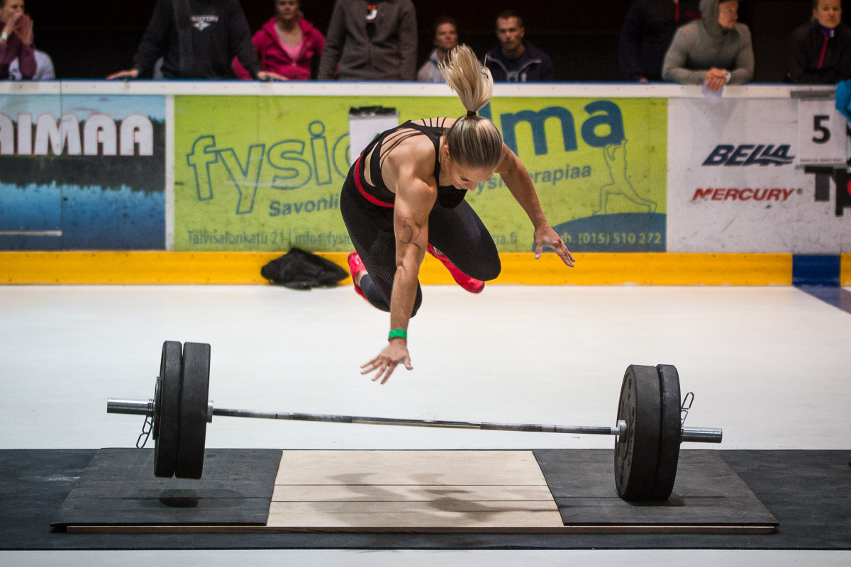 crossfit athlete Anna Ollikainen jumping and tripping over the bar