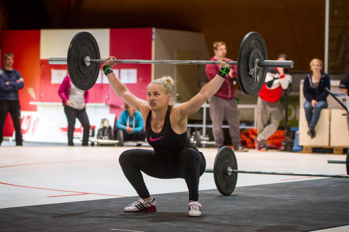 crossfit athlete Satu Kansikas overhead squatting